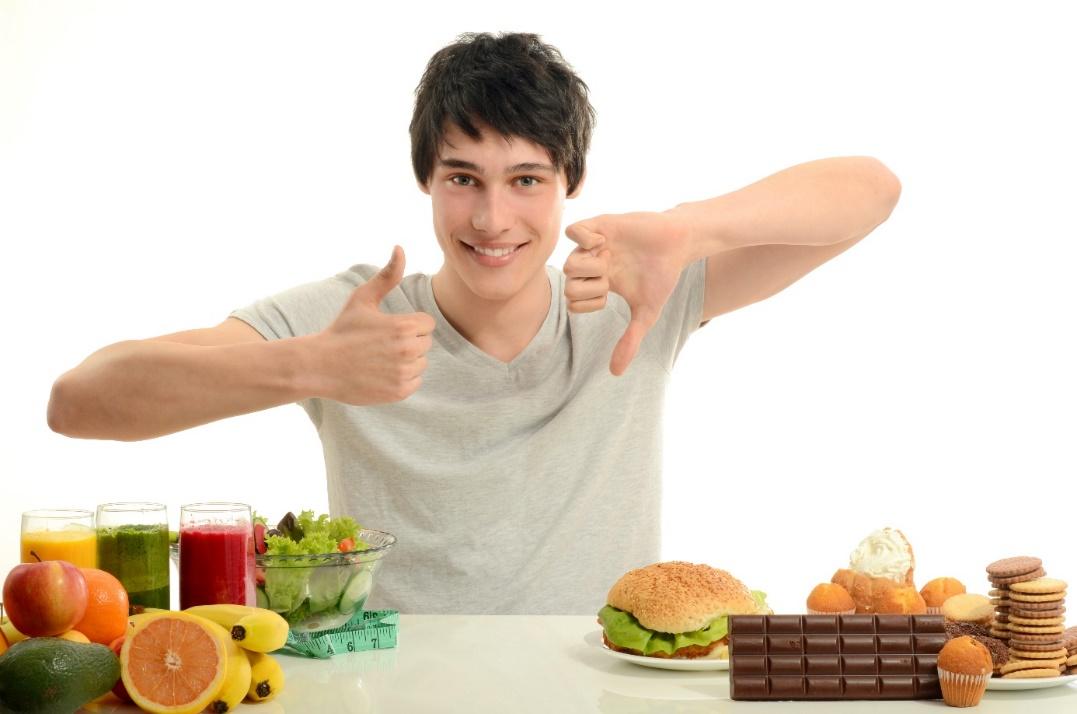 Afbeelding met persoon, tafel, vasthouden, voedsel Automatisch gegenereerde beschrijving
